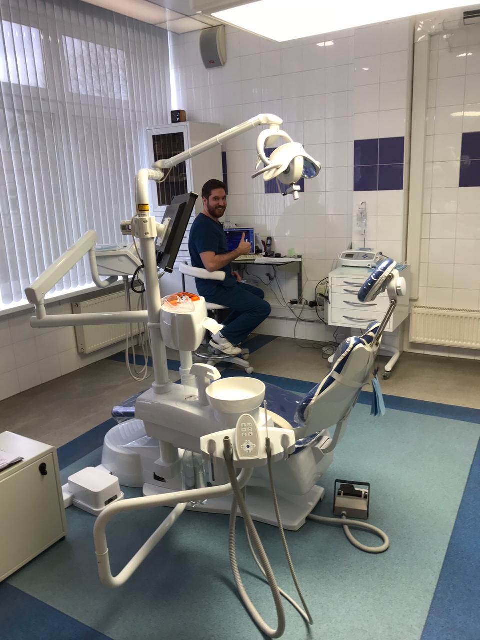 Стоматолог в кабинете за компьютером
